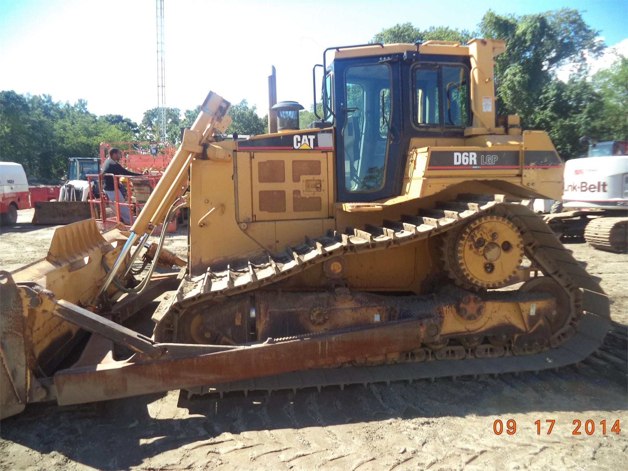 Detail photo of 2004 Caterpillar D6R II from Construction Equipment Guide