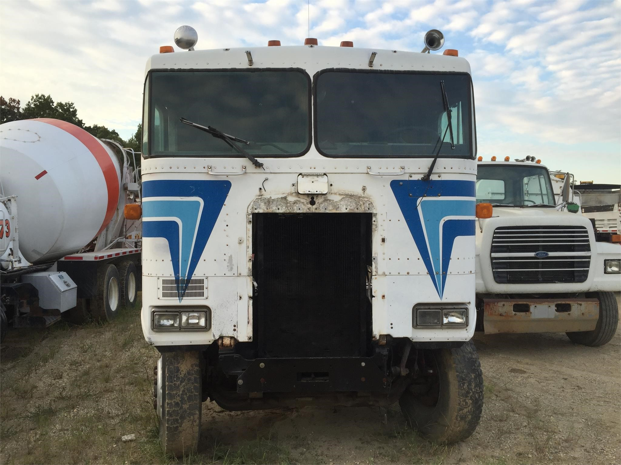 Detail photo of 1985 Kenworth K100E from Construction Equipment Guide