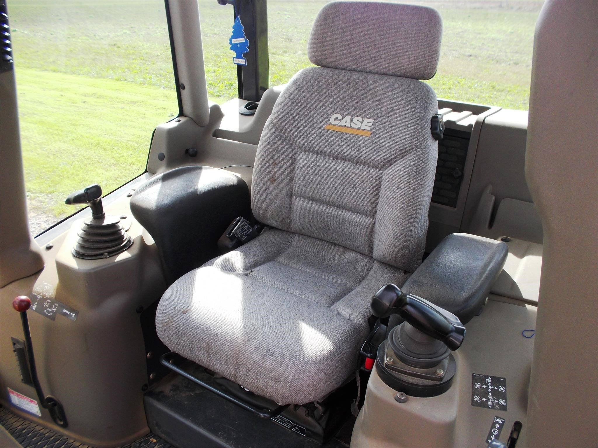 Detail photo of 2008 Case 750L from Construction Equipment Guide