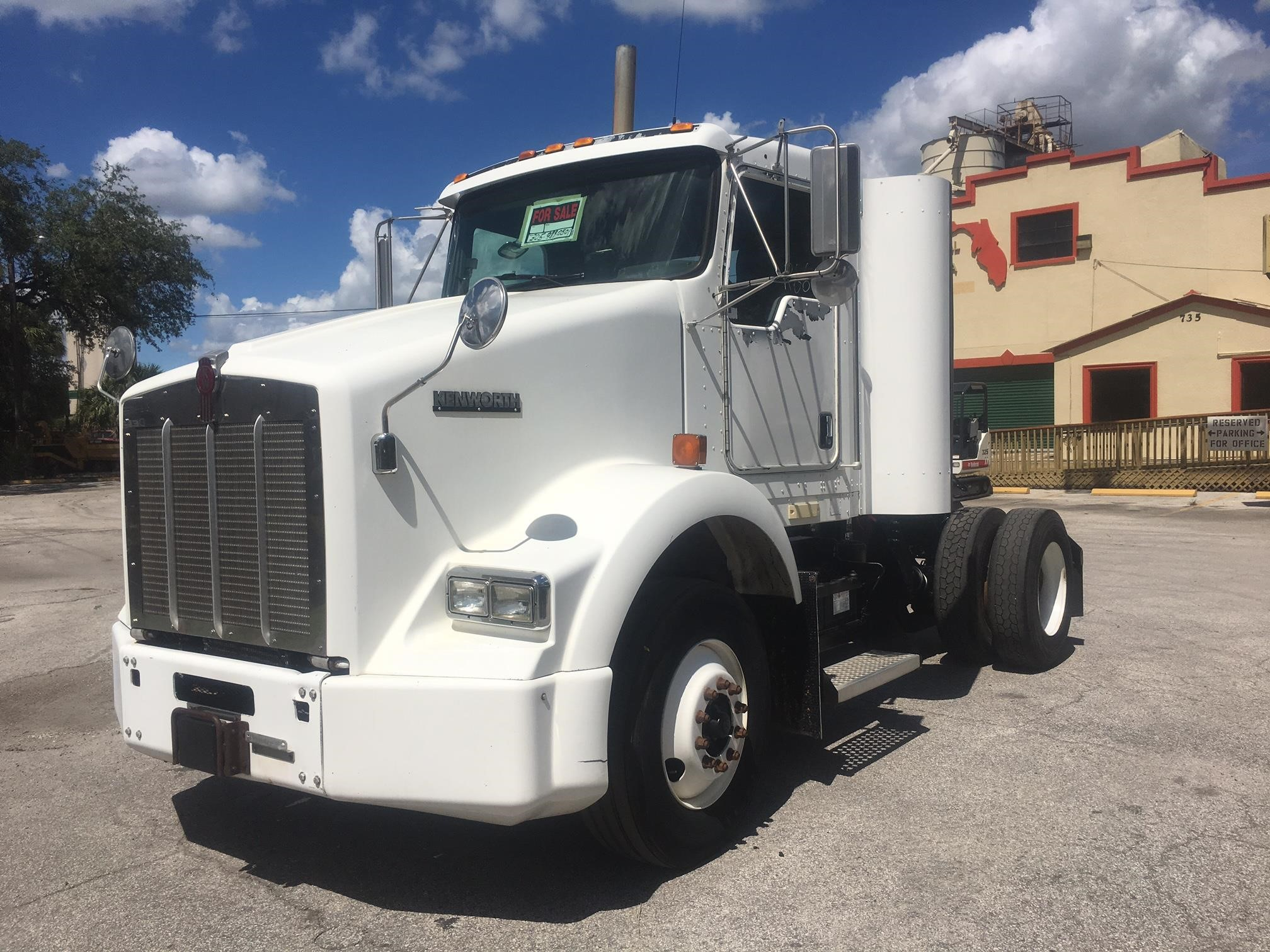 Detail photo of 2004 Kenworth T800 from Construction Equipment Guide
