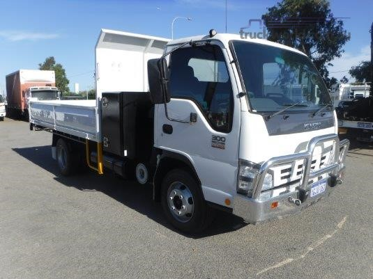 2007 Isuzu NPR 300 Premium - Trucks for Sale