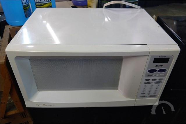 Lot 9533 Sanyo Microwave