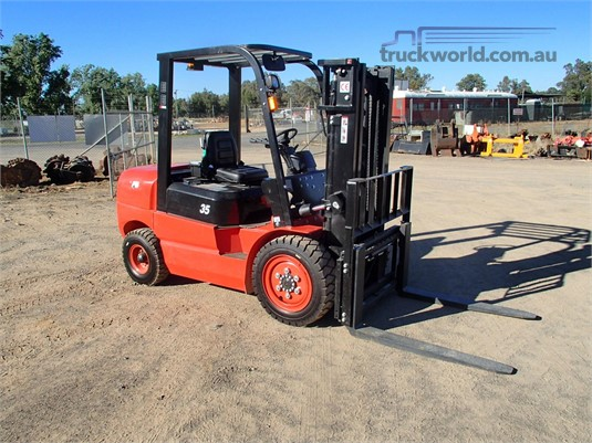 2017 Redlift CPCD35T3 Forklifts for Sale