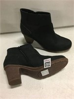 CLARKS WOMENS BOOTS SIZE 9W
