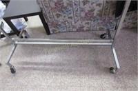 Adjustable coat rack