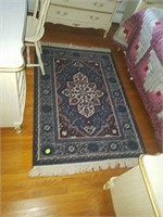 Approx 3 x 5 rug and hanging lamp
