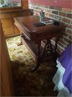 Walnut writing desk, 30t, 42.5l, 24w