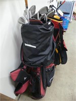 SET OF RIGHT HANDED GOLF CLUBS IN BAG