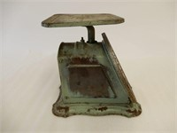 VINTAGE UNIVERSAL 2 LB. HOUSEHOLD SCALE