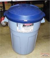 Rubbermaid 32 Gallon Trash Can W/ Lid.
