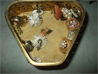 GROUPING OF COSTUME JEWELRY ITEMS
