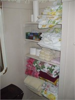 GROUPING OF LINENS AND TOWELS