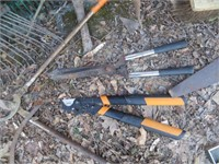 APPROXIMATELY 25 HAND / STICK TOOLS