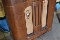 Antique RCA Victor Tube Console Radio