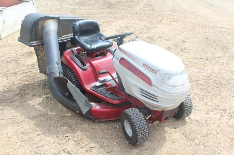 Lot 323c White Outdoor Lt 1650 Hydro Riding Lawn Tractor