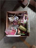 Box of miscellaneous decorative pieces