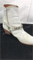 White Boots with buckle / chain size 9 1/2