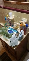 Estate lot of different bathroom items.