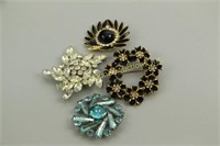 ASSORTED BRILLIANT VINTAGE COSTUME BROOCHES