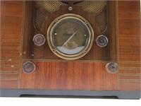 SILVERTONE WOOD CASED TABLE TOP RADIO