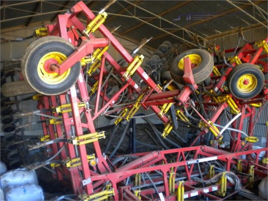 2005 Bourgault 8810 Farm Machinery for Sale