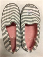 WOMENS SIZE 8-9 COZY SLIPPERS
