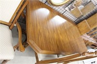 Oak dining room table with 6 chairs & leaf