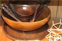 Wooden salad bowl & wooden hot plates