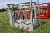 NEW ELK RIVER CATTLE EQUIP SQUEEZE CHUTE