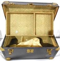2 wooden boxes 1 mini trunk