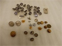 LARGE LOT OF COLLLECTIBLE BUTTONS- PINS- TOKEN