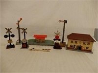 LOT OF VINTAGE TRAIN STATION & ACCESSORIES