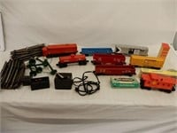 GROUPING OF LIONEL ENGINE, CARS, TRACK +