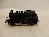 LOT OF RAILWAY ENGINES, CARS, TRACK & ACCESSORIES