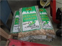 7 bags of mulch, wooden work table on casters and