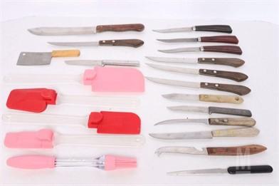 SIXTEEN VARIOUS KNIVES AND FIVE SPATULAS Otros Artículos