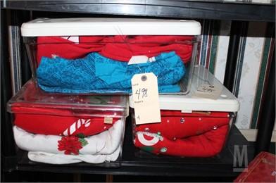 3 BOXES OF CHRISTMAS CLOTHES Otros Artículos Para La Venta