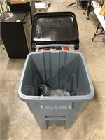 Rubbermaid 50 gal rollout trash can