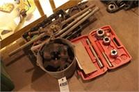 pipe dies - 1 small set + large dies & handles