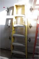 Werner fiberglass Yellow 2 sided 6' step ladder