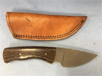 Skinning knife with horn handle, leather sheath, o