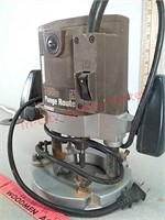 Professional woodworker plunge router tested and