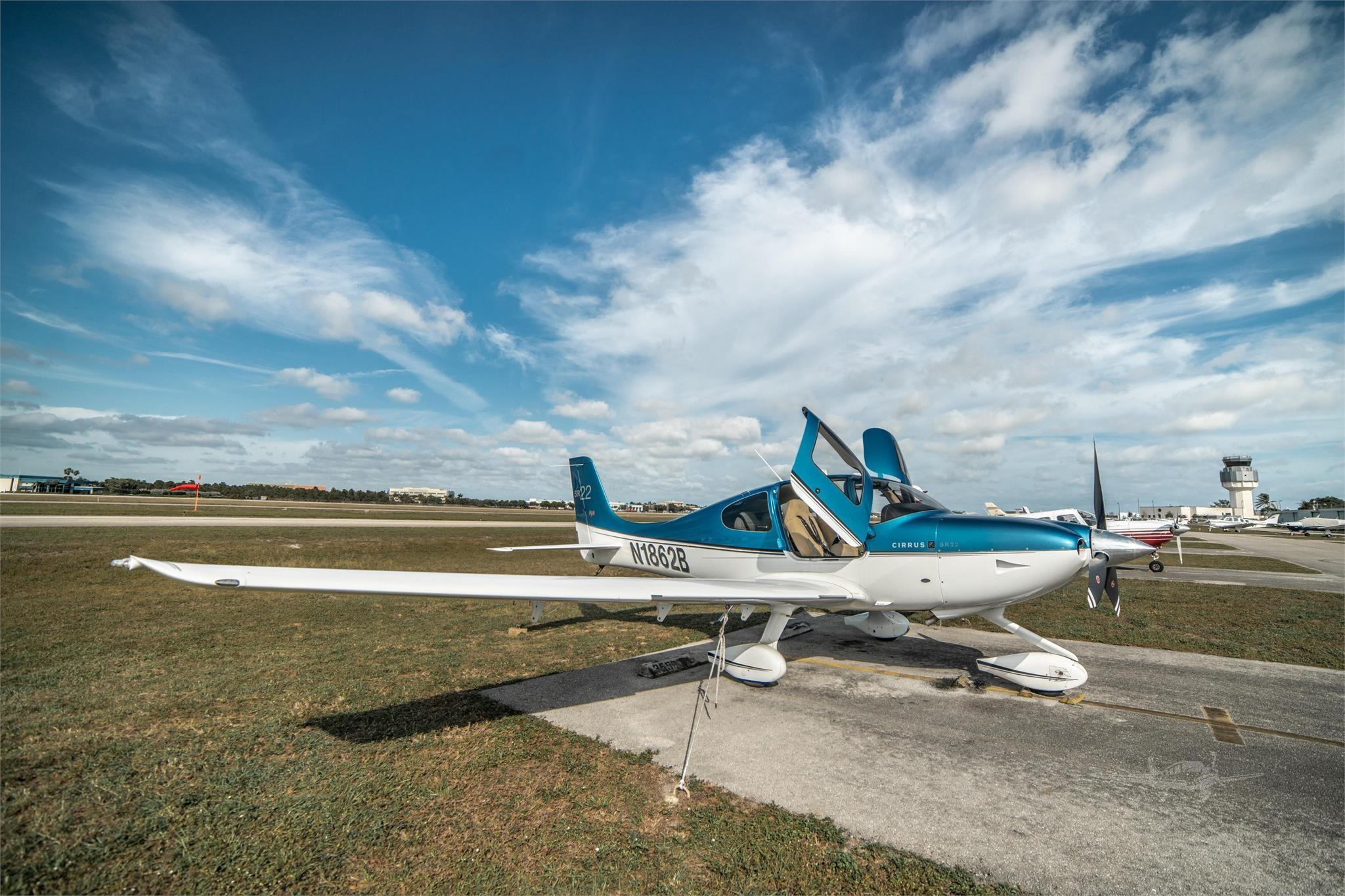 aircraft airplane cirrus