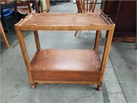 Antique mahogany end table / Division of Baker