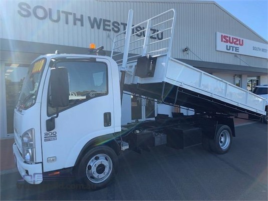 2010 Isuzu NPR 300 Medium - Trucks for Sale