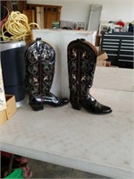 1 pair ladies boots size 7 1/2