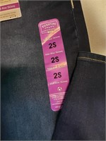 Levi signature mid-rise skinny Jean's with tags.