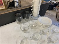CONTENTS OF TOP OF TABLE GLASSWARE / KITCHEN LOT