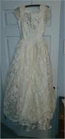 Stunning Vintage Lace Wedding Dress & Veil