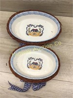 SET OF 2 CERAMIC BOWLS IN WICKER BASKETS